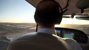 Малое частное летание пилота самолета в заход солнца Стоковые Изображения RF