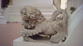 Малое Singha защищает дверь виска на Wat Suthat Стоковые Изображения