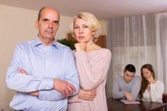 малоимущая семья подсчитывая деньги к счетам оплаты Стоковая Фотография RF