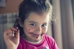 Мадрид, Испания, 3 года девушки есть шоколад, пакостный рот Стоковое Изображение