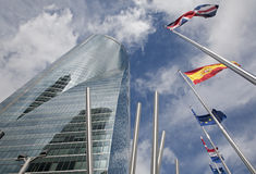 Мадрид - небоскреб Torre Espacio и флаги Стоковое Фото