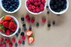Малые белые шары заполненные с зрелыми ягодами Стоковые Изображения