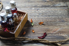 Малые бутылки ликера в деревянной коробке Стоковое Фото
