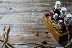 Малые бутылки ликера в деревянной коробке Стоковая Фотография