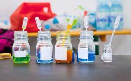 Малые бутылки с химикатами, пипетками перехода в бутылках Стоковые Изображения RF