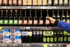 Малые бутылки эля в магазине стоковое изображение