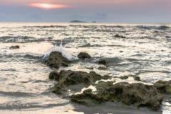 Малые волны ударили утес Стоковые Изображения RF