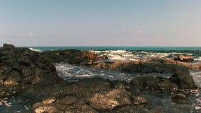 Малые волны ударяя утесы лавы и бассейны Гаваи прилива акции видеоматериалы