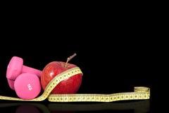 Малые гантели, метр и яблоко для тренировки Стоковые Изображения RF