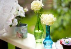 Малые голубые и зеленые вазы с белыми розами Стоковые Фото