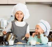 Малые девушки есть здоровую овсяную кашу Стоковая Фотография