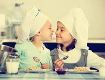 Малые девушки есть здоровую овсяную кашу Стоковые Фото