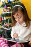Малые девушки с таблеткой Стоковая Фотография