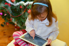 Малые девушки с таблеткой Стоковое фото RF