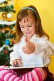 Малые девушки с таблеткой Стоковое Изображение