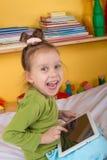 Малые девушки с таблеткой Стоковые Изображения