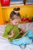 Малые девушки с таблеткой Стоковая Фотография RF