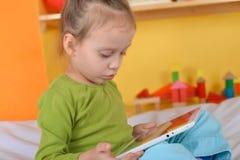 Малые девушки с таблеткой Стоковые Изображения RF