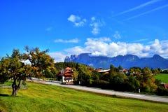 Малые деревня и дерево в горах горных вершин Стоковое Фото