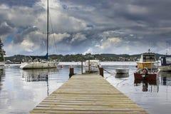 Малые деревянные мола и маленькие лодки на заднем плане в Бергене n Стоковое фото RF