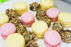 Малые десерты для гостей на плите Macaroons и малые торты Мягкий селективный фокус на тортах Стоковые Фото