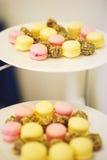 Малые десерты для гостей на плите Macaroons и малые торты Мягкий селективный фокус на тортах Стоковое Изображение