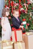 Малые дети и коробки с подарками Стоковые Изображения