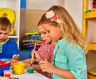 Малые дети студентов крася в классе художественного училища Стоковая Фотография