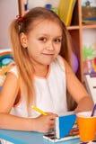 Малые дети студентов крася в классе художественного училища Стоковые Фото