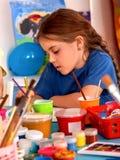 Малые дети студентов крася в классе художественного училища Стоковое фото RF