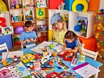 Малые дети студентов крася в классе художественного училища Стоковая Фотография RF