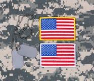 Малые заплаты флага США и бирки ID на воинском unif платья сражения Стоковое Изображение