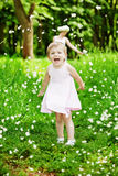 Малые игры девушки в парке лета Стоковая Фотография RF