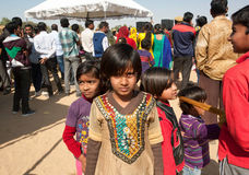 Малые индийские девушки идя в толпу людей Стоковое Изображение