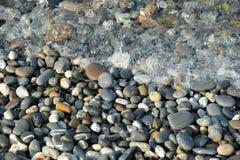Малые камешки и прибой моря Стоковое Изображение