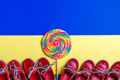 Малые красные ботинки шлюпки, леденец на палочке Стоковое Изображение