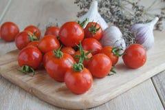 Малые красные томаты вишни на деревянной стойке Стоковое фото RF