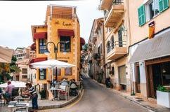Малые красочные здания с уютными внешними ресторанами в Порте de Soller, Мальорке Стоковое фото RF
