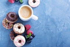 Малые мини donuts с свежими ягодами Стоковая Фотография