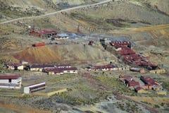 Малые дома в деревне с красным цветом настилают крышу около дороги горы Стоковое фото RF