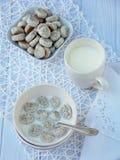 Малые печенья мака с молоком на светлой предпосылке Традиционные литовские печенья рождества Kuchykai помадка завтрака Стоковые Фотографии RF