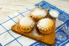 Малые пироги confiture и сетка выпечки Стоковая Фотография RF