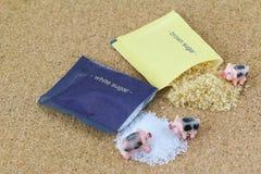 Малые розовые свиньи взбираясь на куче белизны и желтого сахарного песка Стоковое Изображение RF