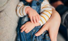Малые ручки ` s детей Ребенок в руках родителей Стоковая Фотография