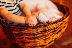 Малые ручки ` s детей Ребенок в руках родителей Стоковое Изображение RF