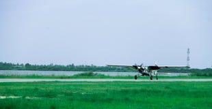 Малые самолеты летают в небо стоковые изображения