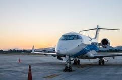 Малые самолет или аэроплан припаркованные на авиапорте Стоковая Фотография