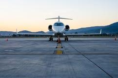 Малые самолет или аэроплан припаркованные на авиапорте Стоковое Изображение