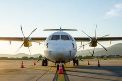 Малые самолет или аэроплан припаркованные на авиапорте Стоковые Фото