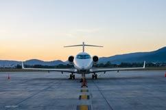 Малые самолет или аэроплан припаркованные на авиапорте Стоковое фото RF